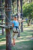 Muchacha en un parque de la aventura que sube Imagen de archivo libre de regalías