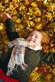 Muchacha en un parque de la caída Fotografía de archivo libre de regalías