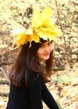 Muchacha en un parque del otoño Fotos de archivo libres de regalías