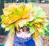 Muchacha en un parque en Wienke de las hojas de otoño en el parque Primer Imagen de archivo libre de regalías