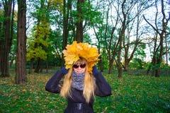 Muchacha en un parque en Wienke de las hojas de otoño en el parque Primer Fotografía de archivo