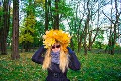 Muchacha en un parque en Wienke de las hojas de otoño en el parque Primer Fotos de archivo libres de regalías