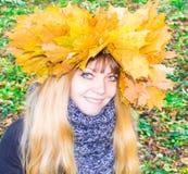 Muchacha en un parque en Wienke de las hojas de otoño en el parque Primer Foto de archivo libre de regalías