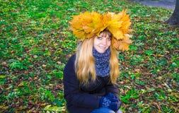 Muchacha en un parque en Wienke de las hojas de otoño en el parque Primer Imagenes de archivo