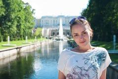 Muchacha en un parque más inferior del Peterhof Fotos de archivo libres de regalías