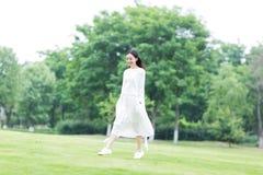 Muchacha en un paseo en el parque Imagenes de archivo