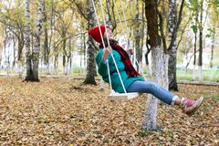 Muchacha en un paseo en un parque del otoño Imágenes de archivo libres de regalías
