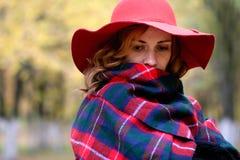 Muchacha en un paseo en un parque del otoño Imagenes de archivo