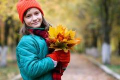 Muchacha en un paseo en un parque del otoño Imagen de archivo libre de regalías