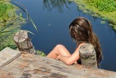 Muchacha en un puente de madera Imagen de archivo libre de regalías