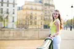 Muchacha en un puente en París Imagen de archivo