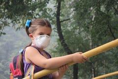 Muchacha en un respirador imagen de archivo libre de regalías