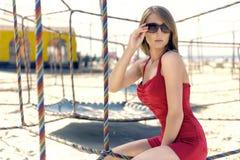 Muchacha en un rojo en la playa Foto de archivo