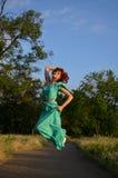 Muchacha en un salto del vestido Fotos de archivo libres de regalías