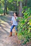 Muchacha en un sendero en la madera Fotografía de archivo