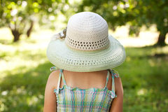 Muchacha en un sombrero ancho-brimmed fotografía de archivo libre de regalías