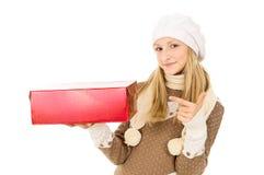 Muchacha en un sombrero con un regalo Fotos de archivo libres de regalías