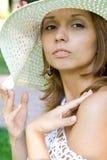 Muchacha en un sombrero de paja Fotografía de archivo
