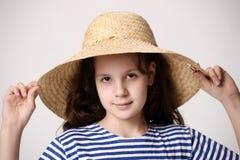 Muchacha en un sombrero de paja Imagen de archivo