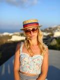 Muchacha en un sombrero de paja Foto de archivo libre de regalías