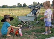 Muchacha en un sombrero de vaquero y un muchacho rizado (2) Foto de archivo libre de regalías