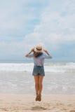 Muchacha en un sombrero en la playa Foto de archivo
