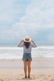 Muchacha en un sombrero en la playa Imagen de archivo libre de regalías