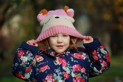 Muchacha en un sombrero hecho punto imágenes de archivo libres de regalías