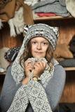 Muchacha en un sombrero hecho punto suéter gris Foto de archivo libre de regalías