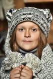 Muchacha en un sombrero hecho punto suéter gris Fotografía de archivo libre de regalías
