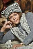Muchacha en un sombrero hecho punto suéter gris Fotos de archivo libres de regalías