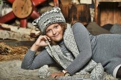 Muchacha en un sombrero hecho punto suéter gris Fotografía de archivo