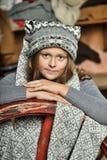 Muchacha en un sombrero hecho punto suéter gris Imagen de archivo