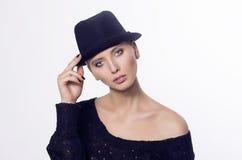 Muchacha en un sombrero negro fotos de archivo