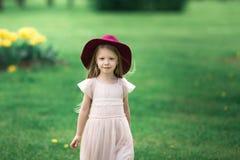 Muchacha en un sombrero que camina en el parque Fotos de archivo