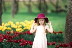 Muchacha en un sombrero que camina en el parque Imagenes de archivo