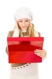 Muchacha en un sombrero que lleva a cabo un rectángulo y preguntarse Fotos de archivo libres de regalías