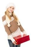 Muchacha en un sombrero que sostiene un rectángulo de regalo Fotografía de archivo libre de regalías