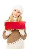 Muchacha en un sombrero que sostiene un rectángulo de regalo aislado Fotografía de archivo libre de regalías