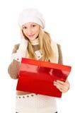 Muchacha en un sombrero que sostiene un rectángulo y sorprendido aislado Foto de archivo libre de regalías
