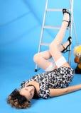 Muchacha en un step-ladder fotografía de archivo
