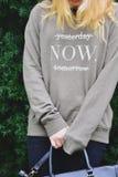 Muchacha en un suéter con el texto Imágenes de archivo libres de regalías
