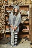 Muchacha en un suéter gris Foto de archivo libre de regalías