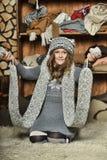 Muchacha en un suéter gris Fotografía de archivo libre de regalías
