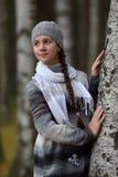 Muchacha en un suéter y una boina grises Foto de archivo libre de regalías