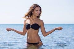 Muchacha en un traje de baño en la playa Imagenes de archivo