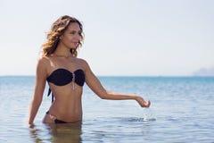 Muchacha en un traje de baño en la playa Fotos de archivo libres de regalías