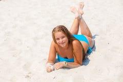 Muchacha en un traje de baño en la playa Foto de archivo libre de regalías