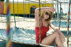 Muchacha en un traje rojo en la playa Foto de archivo libre de regalías
