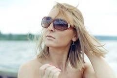 Muchacha en un traje rojo en la playa Imagenes de archivo